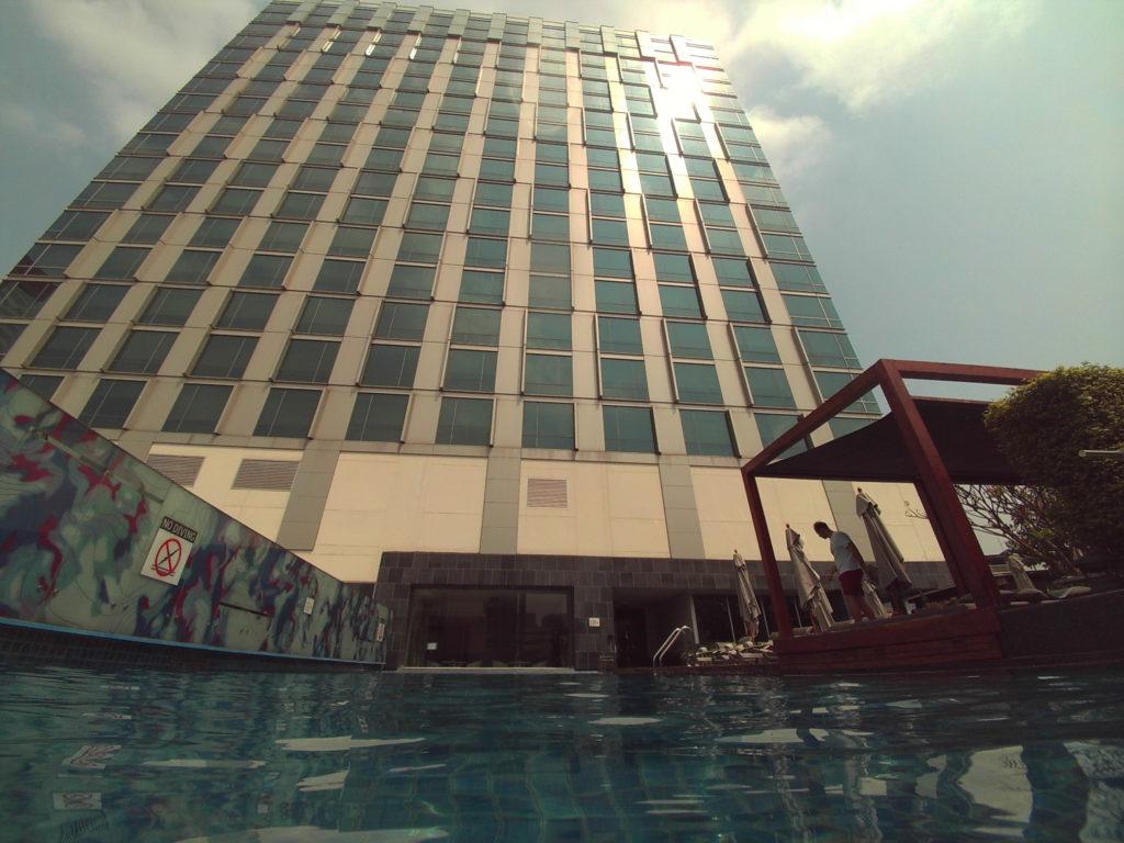 プールとホテル