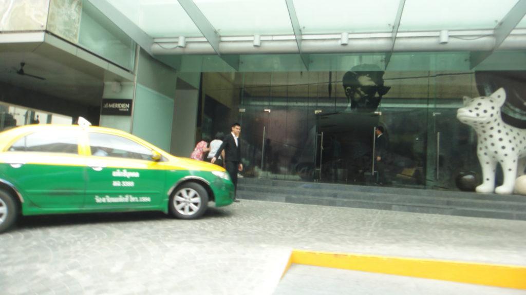 メリディアンホテル前にタクシー
