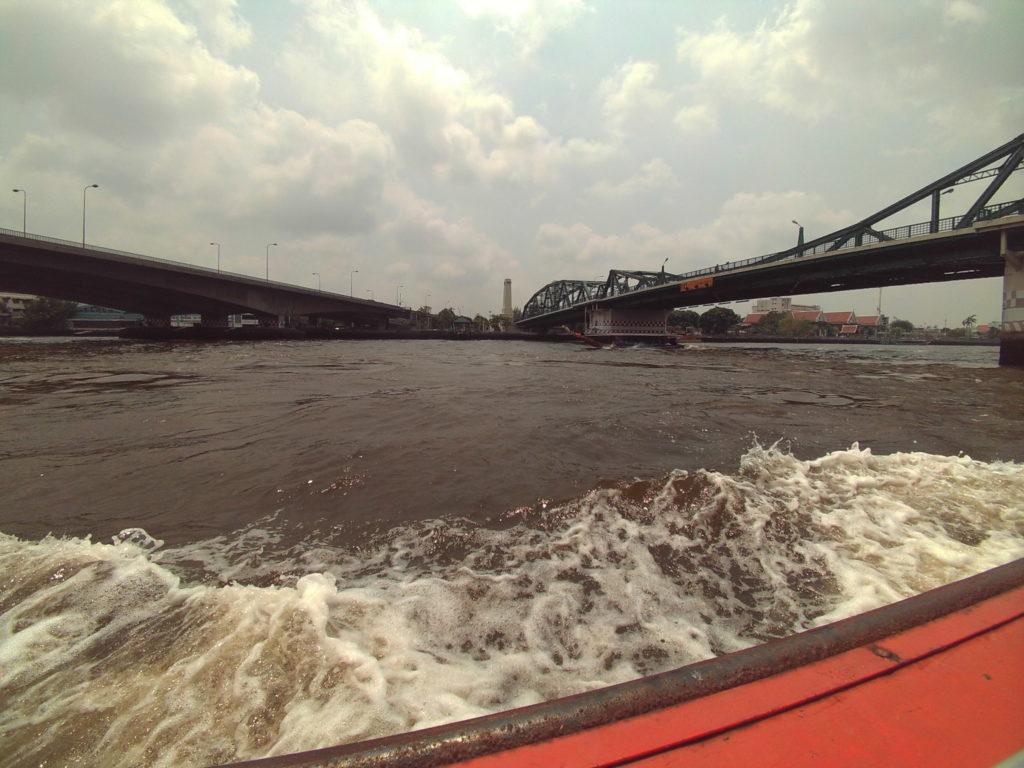 チャオプラヤー川の水面の様子