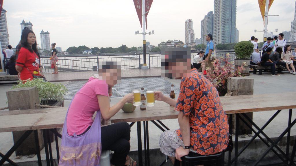 川を背景に乾杯