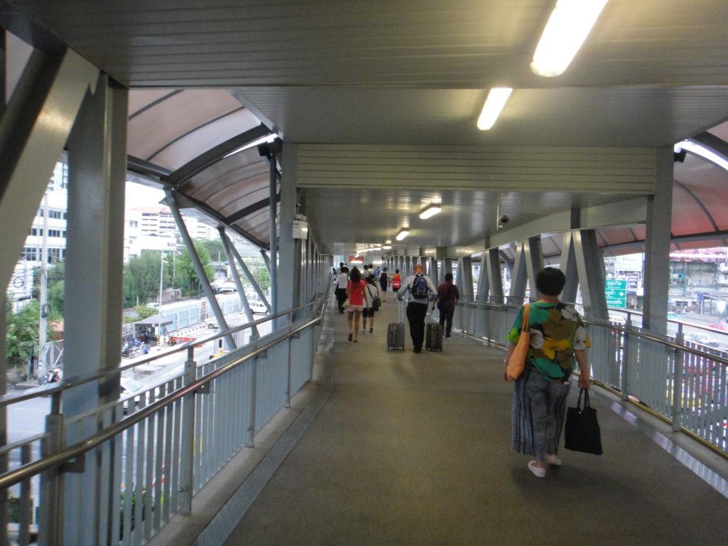 ペッチャブリー駅へ向かう歩道