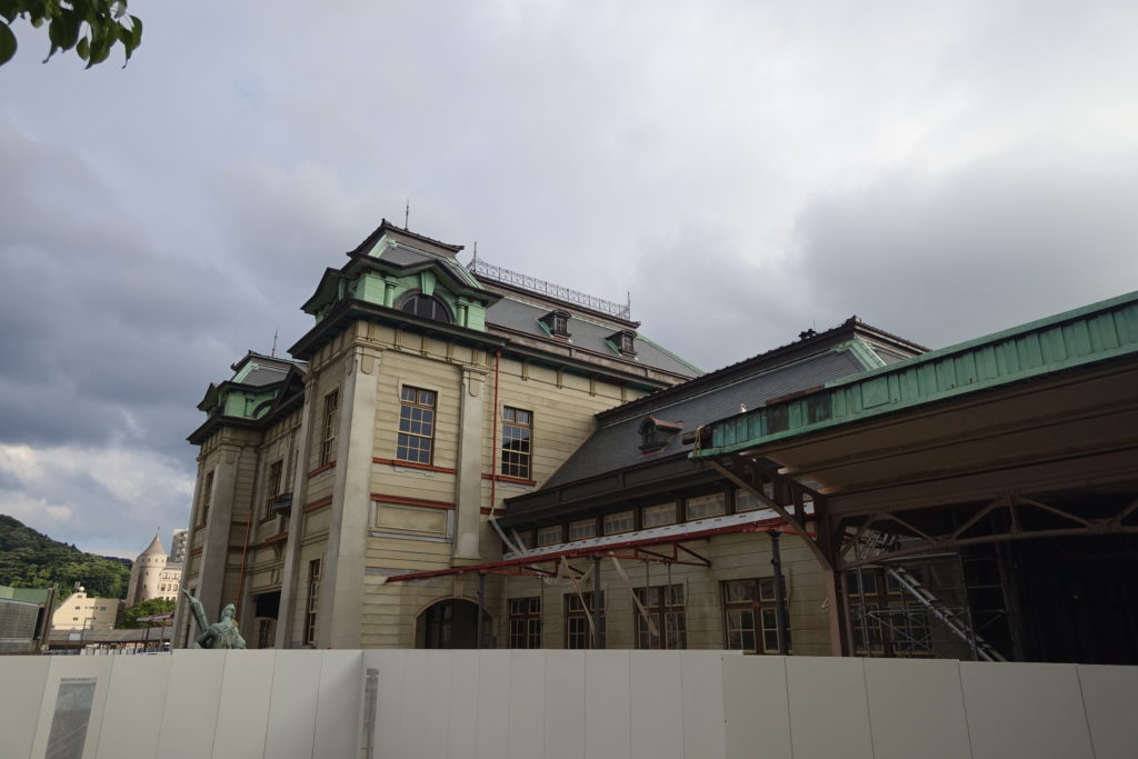 修復中の門司港駅外観