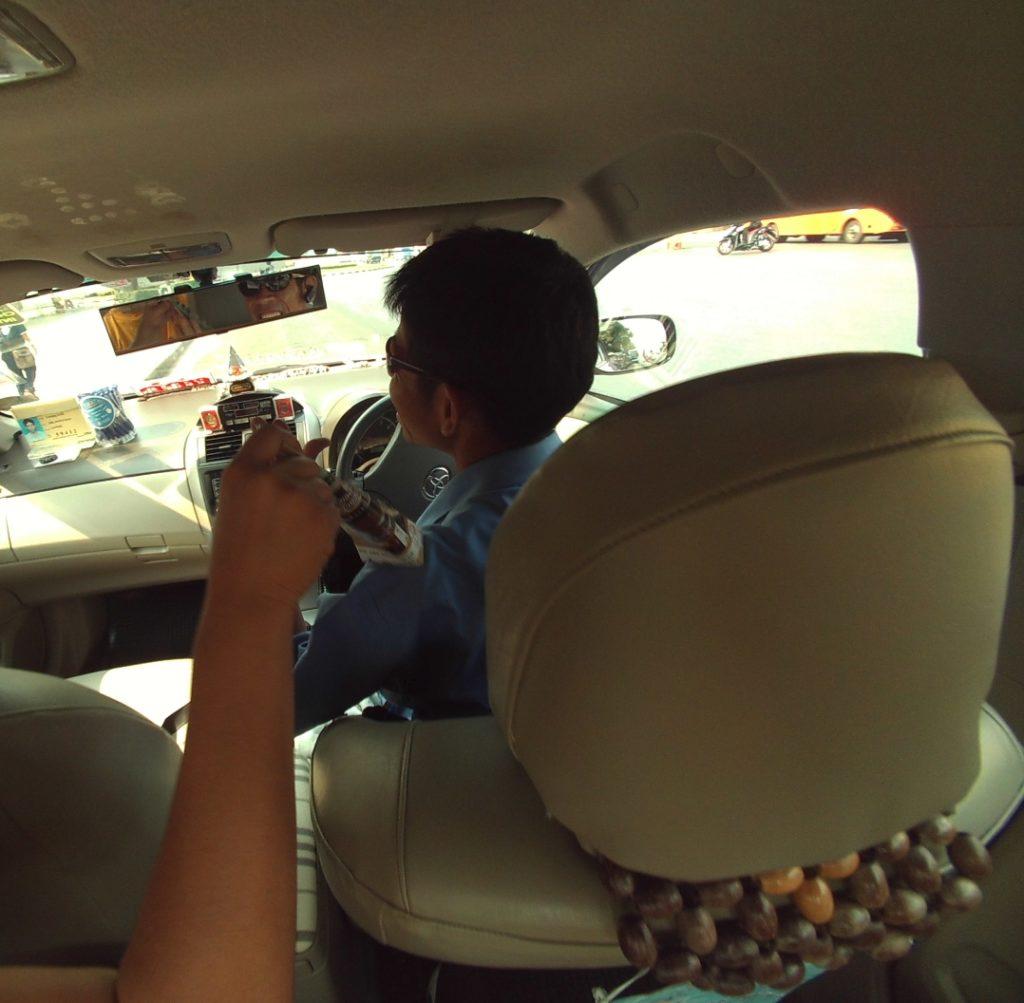 タクシードライバーに物理的に突っ込みを入れる