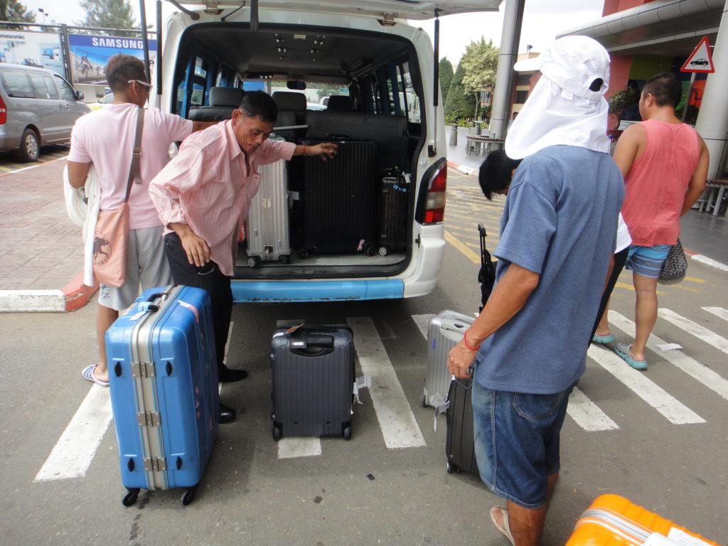 バンにスーツケース積み込む