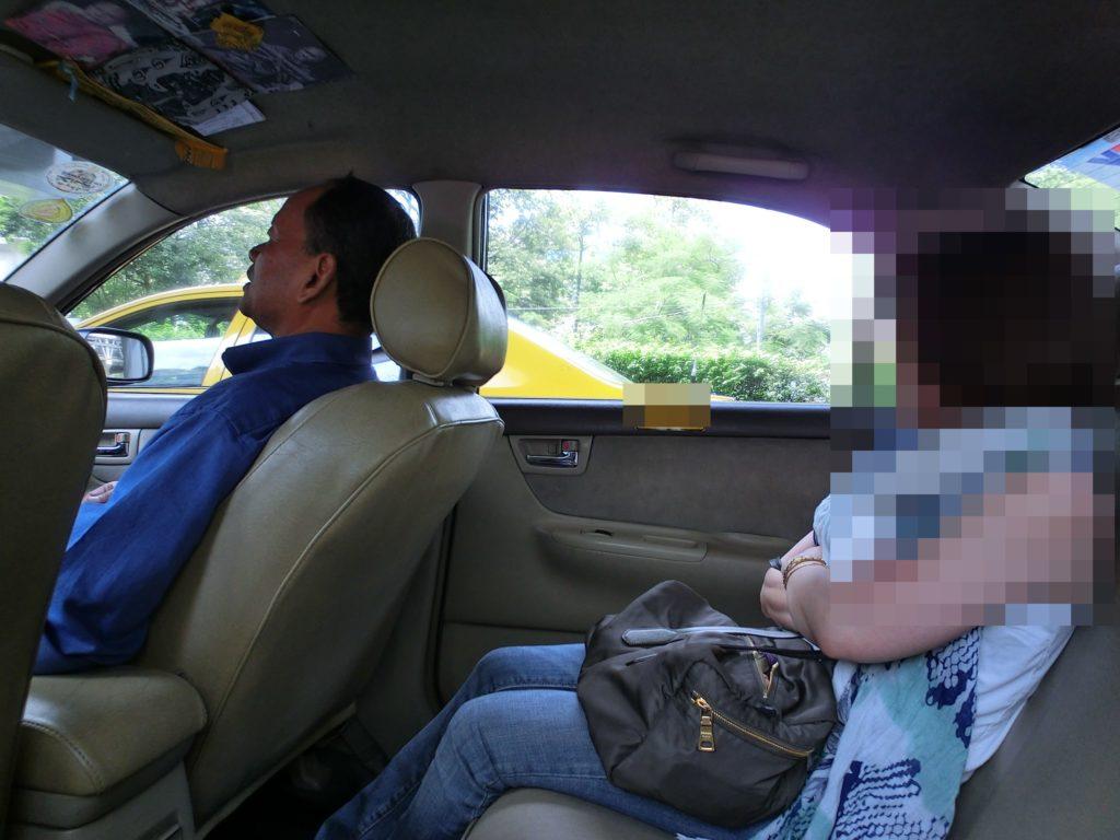 タクシー移動中