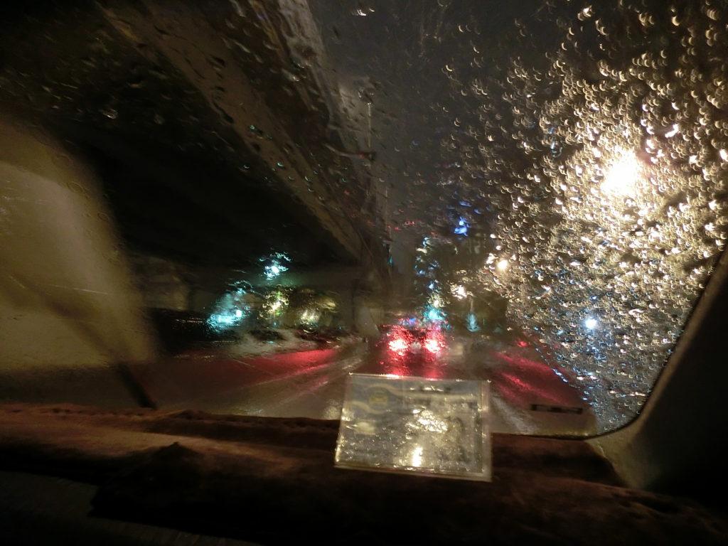 豪雨の中タクシー乗車