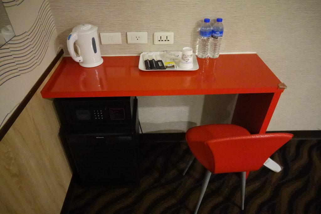 ECFAホテル部屋デスク