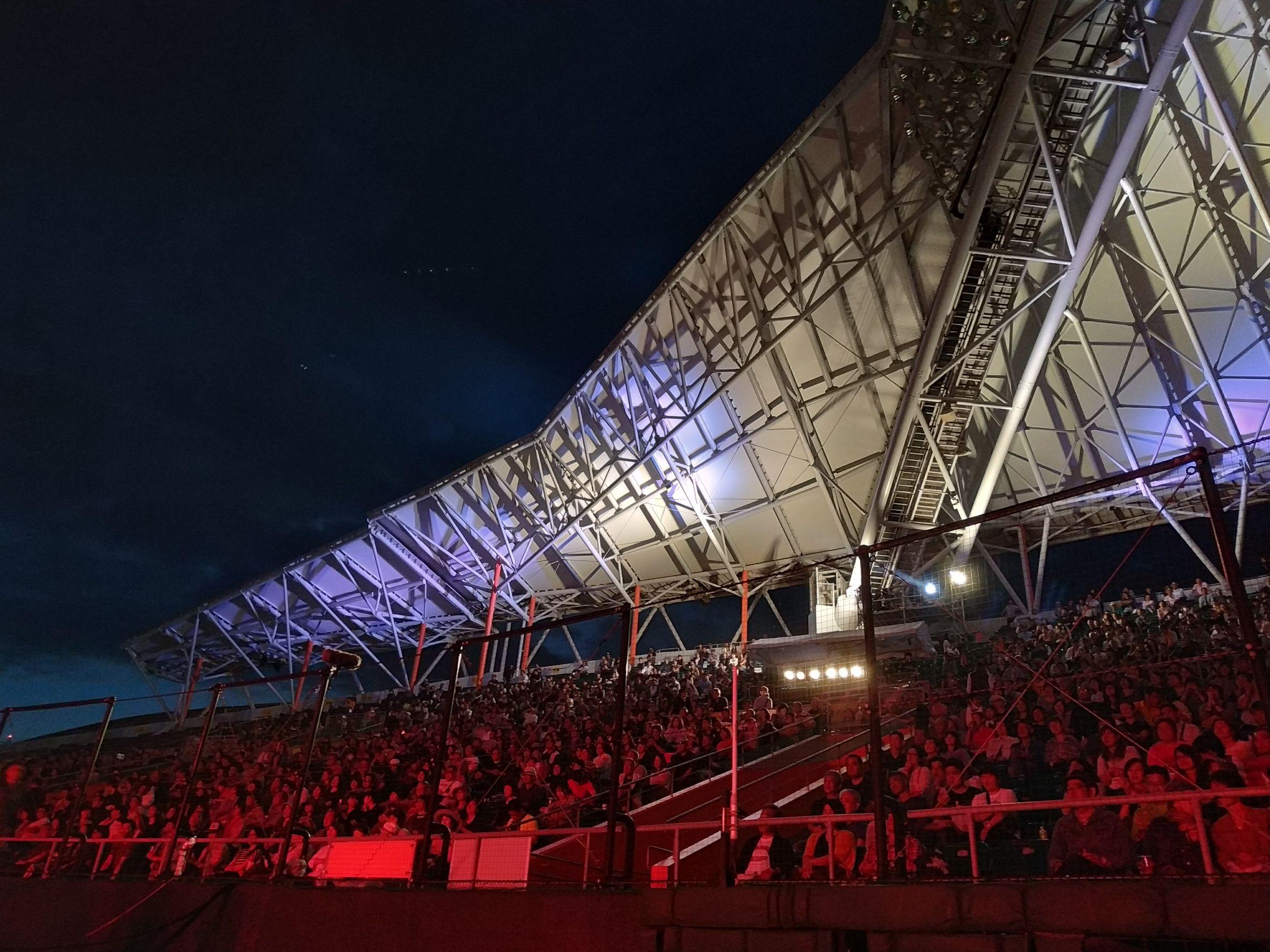 屋外 夜のスタジアム